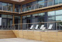 Nasze realizacje - The Lakes by Yoo w Costwolds / The lakes by Yoo to osiedle położone na 650 hektarach sielskiego obszaru zaledwie 90 minut drogi od Londynu. The lakes by Yoo to ogrodzone osiedle, gdzie natura i design działają w harmonii, aby zapewnić użytkownikom sielskie schronienie. Linia produktowa Style 68 Alu umożliwiła uzyskanie wysokich parametrów termicznych okna w przystępnych cenach, natomiast linia Thermo HS Alu pozwoliła stworzyć wokół budynku unikalne panoramiczne przeszklenia.