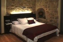 El Hotel / Situado en el centro de Sigüenza, un hotel enclavado en una antigua casona del siglo XVIII con macizos muros de piedra.