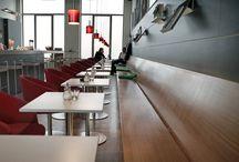 Jiné Café Zlín — Zliner Funktionalismus / Das Trantik-Haus auf dem Marktplatz des Friedens in Zlín ist eines der beeindruckendsten Gebäude der Stadt. Der lange, schmale Raum des Cafés lud geradezu zu einer Neu- und Wiederbelebung im Stile vergangener, berühmter Zlíner Zeiten ein.