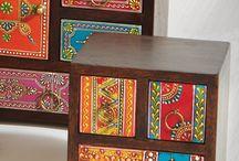 Cajoneras hindúes de madera con cajones pintados multicolor