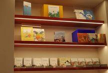 Bookshop Museo di Palazzo Vecchio / Il Bookshop offre una vasta selezione di titoli per adulti e per bambini - con un'attenzione particolare ai libri d'autore e agli albi illustrati -  ma anche raffinati prodotti di merchandising legati all'architettura e all'iconografia dell'edificio. Shop online www.musefirenze.it