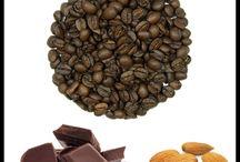 Kawa w sklepie z kawą / Ta tablica dotyczy kawy czystej i kawy smakowej sprzedawanej hurtowo i detalicznie w naszym sklepie i hurtowni kawy i herbaty Smaksztuki.pl. Zawiera wiele zdjęć wysokiej jakości ziaren kawowych pochodzących z różnych stron świata. Odpowiedni wybór kawy do oferty Twojego sklepu z kawą czy zakup kawy na prezent to ważna chwila. Wprowadzamy kawy czyste i kawy smakowe do oferty w trzech etapach. Więcej możesz dowiedzieć się na naszej stronie www.smaksztuki.pl