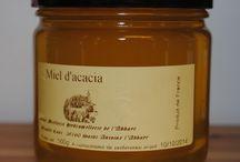 Miels / Nous vous proposons 24 sortes de miels ; du traditionnel miel d'Acacia au miel de Chardon, plus charpenté, en passant par le miel de Lavande, d'Oranger ou encore d'Eucalyptus.    Chaque miel adoptant les vertus médicinales de la fleur dont il est issu, nous avons élaboré une petite fiche technique pour chaque miel afin de mieux orienter votre choix.