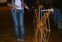 A Spindelräder, Wanderräder, alte und moderne / Sammlung von Spinnrädern ohne Spinnflügel