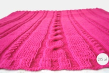 Różowy pledzik / Prezentujemy różowy pled-narzutkę o wymiarach 115 x 140 cm. Pledzik został wykonany z miękkiej włóczki i doskonale nas ochroni przed chłodem obecnych wieczorów;)