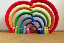 Grimms / Ces magnifiques jouets en vois très colorés sont de vraies merveilles : de très belles couleurs (peintures toutes naturelles et non toxiques), le toucher vrai du bois (Aulne, merisier, tilleul ou encore érable), des formes originales qui intriguent et sollicitent l'imaginaire... Ils développent la motricité fine, la dextérité, la concentration et l'imagination tout en permettant de créer des constructions uniques qui évolueront en fonction de l'âge.