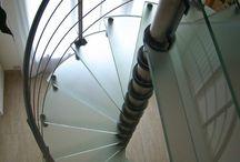 Escalier Spiro et Quadro / Spiro and Quadro Stairs / . escalier : autoportant colimaçon, hélicoïdal rond (Spiro) ou carré (Quadro) . structure : pivot central rond en inox ou en acier laqué . marches : verre / bois (chêne, hêtre, ou autre sur demande) / inox / acier laqué . garde-corps : verre et inox / inox / verre et acier laqué / acier laqué