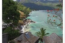 Mahé / Mahé é a maior ilha de Seychelles. Ela mede 28km de comprimento por 8km de largura e é onde está instalado o aeroporto internacional. Victoria, uma das menores capitais do mundo, está localizada na ilha, que conta com um número maior de serviços, hotéis e atividades para os turistas.