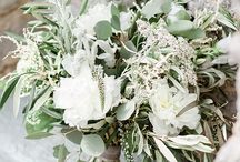 Naturally styled wedding bouquet / Loose, natural, textured bridal flowers