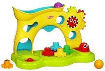 Pro miminka ( Playskool, Vtech, Lamaze, Fisher Price, Learning Toys, K's Kids ) / Všechny možné hračky, pro miminka. Od kolotočů nad postýlku, přes chrastítka, kousátka, naučné hračky, hračky rozvíjející dětskou motoriku až po makety funkčních předmětů každodenní potřeby.