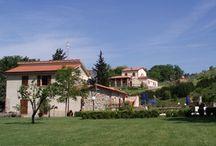 PAPAVERO ROSSO / V srdci malebného údolí Val di Cecina obklopené etruskými kopci, leží malá rodinná farma Papavero Rosso. Je to báječné místo k odpočinku i k poznání překrásných toskánských míst a v neposlední  řadě nádherného etruského pobřeží Tyrhenského moře, které je odtud vzdáleno jen 15 km. Oblast je plná cyklostezek, takže je vhodná pro kolaře. VÍCE INFORMACÍ: http://www.prima1vera.com/nabidka-ubytovani/agroturismy/papavero-rosso/
