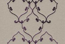 Wohnzimmer-Tapeten mit eleganten Ornamenten - Amira von Rasch Textil / Für ein elegantes Wohnzimmer, Esszimmer oder Schlafzimmer sind die Vliestapeten aus der Kollektion Amira von Rasch Textil ein toller Hingucker. Das besondere Highlight sind Wand-Paneele mit aufgesticktem Chenille Garn.