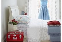 Schlafzimmer - Inspiration / Romantisch verspielte Schlafzimmerträume mit vielen Kissen in rosa und mint.