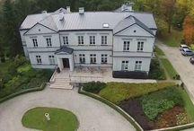 Palczew - Pałac / Pałac w Palczewie wzniesiony w 1900 r. dla Antonia Dal Trozzo, według projektu Apoloniusza Nieniewskiego. Palczew pozostawał własnością rodziny Dal Trozzo do 1945 r., kiedy to majątek przejęło państwo. Do 2000 r. pałac był własnością Miejskiego Przedsiębiorstwa Instalacyjnego z Warszawy i służył jako ośrodek wypoczynkowy. W 2004 r. mocno zaniedbany pałac został zakupiony przez Michała Dembińskiego, przeszedł gruntowny remont i adaptację na cele ośrodka konferencyjno – wypoczynkowego.