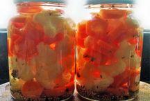 Conservas / As conservas podem ser classificadas em :  Simples : um único tipo de legume Mista : dois tipos de legumes Jardineira ou seleta  : com mais de dois tipos de legumes  Ingredientes : legumes (pepino, cenoura, couve-flor, nabo, outros), água, vinagre de maça, sal, açúcar e especiarias (endro, mostarda, zimbro, louro, pimenta, cravo)