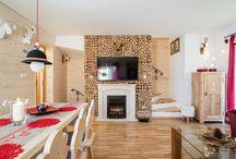 Domki Miód i Malina / Dom Miód wraz z bliźniaczą Maliną położony jest w historycznej części Zakopanego. W tym przytulnym domku Państwo znajdą na parterze salon z rozkładaną sofą i telewizorem, w pełni wyposażony aneks kuchenny z częścią jadalna dla 6 osób.