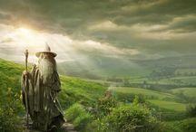 The Hobbit: An Unexpected Journey - vanaf 12 december / Bilbo Balins (Martin Freeman), begint een epische expeditie naar het verloren dwergenrijk Erebor, dat veroverd is door de afschrikwekkende draak Smaug. Tijdens die reis wordt Bilbo benaderd door de tovenaar Gandalf de Grijze (Ian McKellan) en sluit hij zich aan bij een groep van dertien dwergen, onder leiding van de legendarische krijger Thorin Eikenschild. Aan de rand van een ondergronds meer, vindt Bilbo een bijzondere en kostbare ring, met onverwachte en bruikbare eigenschappen...