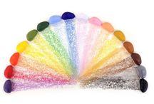 Crayon Rocks / Os Crayon Rocks são versáteis e apropriados para qualquer um (dos 3 aos 103) que queira expressar a sua criatividade no papel mas em especial para as crianças com ou sem necessidades especiais, para desenvolverem a motricidade fina e para prepararem os dedos para escrever à mão. | Disponível em www.rebento.pt