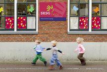 SKSG Huisstijl / De SKSG-propositie 'Uw kind in vertrouwde handen' is door Dizain (www.dizain.nl) vertaald in een huisstijl waarin de handen van kind en begeleider samen komen. Het resultaat is een communicatiestijl die de begrippen speelsheid, kwaliteit en vertrouwen met elkaar verbindt.
