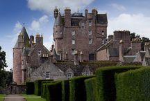 Schotland en zijn Geld,Kastelen,Natuur,Taal / Dit bord gaat over Schotland het is daar heel erg mooi om te zien het bekendste is het meer van Loch Mess en de bekendste oorlog Engeland tegen Schotland begon op 11 september 1297 en je hebt daar ook kastelen en de taal die ze daar spreken is Schots-Gallisch.
