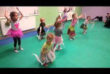 pohybové hry a tanečky
