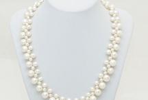 Coliere cu perle naturale / Colierul este realizat din perle naturale albe de marimi diferite: 6-7 mm, 8 mm si 10 mm. Este un colier la baza gatului, realizat manual, astfel incat lungimea lui va fi la cererea dumneavoastra.