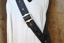 Crossbelt, Schwarz mit Verzierungen und Flechtband / #Crossbelt in schwarzem Büffel-Leder mit Flechtmuster, Ziernieten und Aufnähungen. Mit #Schwerthalter, #Dolchhalter, und #Pistolenhalter. Eine #Lederarbeit von #Luzys Pirate Leather #Pirat #Piraten #Piratengurt