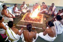 Hinduismo / El hinduismo es una manera de vivir la vida desde la creación de las civilizaciones con varios caminos a seguir pero se denomina comúnmente religión hindú. La religión fue llamada originalmente como Sanatana Dharma. Las arias establecieron una cultura llamada Sanatana Dharma en base a sus textos orales Rigveda, Yajurveda, Samveda y Atharbveda. Ellos habitaron en la orilla del rio Sindhu. Durante el siglo 5 antes del Cristo los comerciantes persas empezaron a llegar a la India.