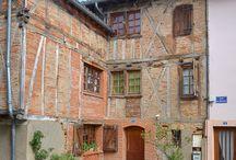Brens / Brens est un village qui compte aujourd'hui 2.200 habitants. L'histoire de ce village est très longue puisque commencée vers l'an 500, les Comtes de Toulouse construisirent  le château de Brens en 850. La chapelle St Eugènes date de 972. En 1568 le château et la ville sont incendiés par les protestants. Il reste de cette époque la Tour de Brens. Les pierres des ruines furent utilisées pour construire le pont reliant la ville à Gaillac. En 1801 Brens devient Commune de Brens Canton de Gaillac.