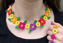 Crochet Flowers Necklace and Bracelet Free Patterns