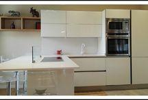 Arredamento Cucina e Soggiorno / Cucina Veneta Cucine modello Ri-Flex in Vetro Laccato Bianco Lucido. Soggiorno e Tavolo su misura.