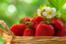 10 поразительных свойств клубники / Клубника — одна из самых любимых ягод в наших широтах. А ведь клубника не только оказывает сильнейшее оздоравливающее воздействие на организм человека, но также может служить натуральным косметическим средством и помочь вам выглядеть лучше. http://compas.info/10-%D0%BF%D0%BE%D1%80%D0%B0%D0%B7%D0%B8%D1%82%D0%B5%D0%BB%D1%8C%D0%BD%D1%8B%D1%85-%D1%81%D0%B2%D0%BE%D0%B9%D1%81%D1%82%D0%B2-%D0%BA%D0%BB%D1%83%D0%B1%D0%BD%D0%B8%D0%BA%D0%B8-%D0%BE-%D0%BA%D0%BE%D1%82/