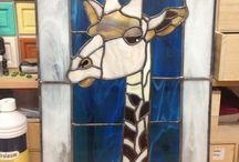Giraffe in glas in lood / Geisha met boek