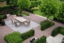 """Gezinstuin / Deze """"gezinstuin"""" is ontworpen om met de hele familie uitgebreid te recreëren in eigen tuin. Het terras is ruim van opzet, dus is er genoeg plaats voor een grote groep mensen. Het gazon is prima geschikt om op te spelen en te ravotten, of om lekker op te luieren. De tuin oogt zeer ruimtelijk en overzichtelijk door de rechte lijnen en de rustige beplanting. Er is optimaal gebruik gemaakt van het gehele tuinoppervlak.  Deze tuin is aangelegd door: Van Ooijen's Hoveniers!"""