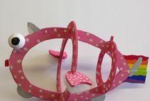 """PIMP je VIS / Lesidee: -""""BEELDENDE VORMING""""- Handvaardigheid klas 1: -""""PIMP je VIS""""- Ontwerp en maak een houten vis die geïnspireerd is door een thema, voorwerp of een andere vorm. De visvorm, met vinnen en staart, moet herkenbaar blijven. Materiaal:A-3 papier, MDF, verf en div. decoratieve materialen. Technieken:schetsen, figuurzagen, schuren, schilderen & decoreren. Doelen:brainstormen, moodboard, schetsen, kleurenleer toepassen, ideeën uitvoeren, in 3D (ruimtelijk), de technieken voor realisatie beheersen."""