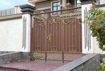 Металлический нащельник / Кованые металлические калитки  с электромеханическим замком центрального входа в дом.