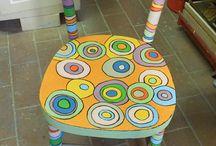 sedie coloratissime / sedie colorate con motivi geometrici, scritte a volte animali sempre molto colorate