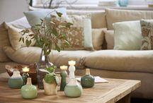 Easy Greens / Unser nordischer Way of Life beflügelt uns, Grün in einer trendigen, neuen Tonalität zu zeigen. Blätteroptiken und besonders bearbeitete Keramikoberflächen bilden mit groben Zement-Details und gelebten Holzoberflächen eine ansprechende Vielfalt.