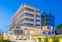 Hotel Falkensteiner - Jesolo (VE) / hotel 5 stelle disegnato dall'archistar newyorkese Richard Meier. Il progetto si compone di una zona comune nei piani terra e mezzanino dove troviamo oltre alla hall, la spa, la piscina interna/esterna, la palestra, il centro congressi, bar e ristorante. I piani superiori invece sono destinati alle lussuose camere. Ogni camera prevede un enorme scorrevole che dà accesso al balcone con vista mare.