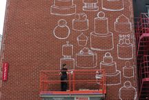 MURALE KASHINK chez FUGUES — 50 CAKES OF GAY / Fin 2012, les premières manifestations en France contre le mariage de couples de même sexe inspirent à l'artiste KASHINK une fresque sur un mur parisien. Devant les réactions assez enthousiastes, elle se lance dans le projet de produire 50 fresques de gâteaux célébrant le mariage pour les couples de même sexe. Pour les 30 ans de Fugues, KASHINK a peint les 6 et 7 juillet une trentaine de gâteaux sur le mur de Fugues. Un grand merci à KASHINK, la SDC Village et MURAL.