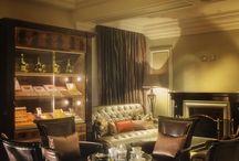 Cigar room / Szivar szobaba kell: Iroasztal, Iroasztal moge fotel, 4 klub fotel, Dohanyzoasztal, Hevero, Konyvespolc, Tv http://www.chesterfields.hu/fotelek-c-160.html Klasszikus bútor.hu Nostalgiashop.hu