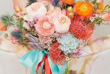 Gelin Buketleri / Eğer bir sonbahar gelini olacaksanız; papatya gelin çiçeği, karanfil gelin çiçeği veya gül gelin çiçeği modellerinden birini seçerek mevsim gelini olabilirsiniz. Gelin çiçeği siparişini son dakikaya bırakmayın. En güzel gelin çiçeği modelleri arasında karar vermeye çalışırken, gelinliğinizin tasarımını ve düğününüzün temasını göz önünde bulundurmaya çalışın.