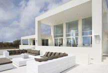 DROOMHUIZEN | DREAM HOMES | JAN DES BOUVRIE / Studio Jan des Bouvrie is als geen ander in staat om huizen te ontwerpen die uitnodigen om heerlijk in te wonen, te werken en te genieten. Comfortabel, een lust voor het oog, een ontwerp dat helemaal klopt. Droomhuizen dus.
