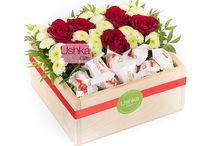 Цветочные коробочки Ushka Gifts. Со сладостями и макарунами.
