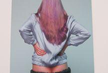 DDW - Mandy Roos | Trichophilla / Tijdens mijn bezoek aan het van Abbemuseum kwam ik een opmerkelijke serie foto's en onderbroeken tegen. Namelijk gemaakt van haar. Een serie foto's en onderbroeken genaamd Trichophilla, is haar verzet tegen het weg scheren van schaamhaar, okselhaar en borsthaar. Zij bevordert om het haar te laat staan en het taboe over lichaamshaar te breken.  In de prognose van de mode Trichophilia (haar fetisjisme ) ontwierp zij harige lichaamshaar . Om te worden gedragen met trots en zonder schaamte . De Gouden Regenboog Hairy Hoge taille Panties , de Short Fizzy Hair Booty Briefs , de Curly okselhaar Bra , de Full Fluffy harige borst Bra worden gemaakt door breien , knopen en hand tuften .  Een serie modefoto's getiteld Trichophilia laat een inspirerende visie zien. De zoete candy kleur wordt weergegeven op een leuke meid met een lompe en gespannen houding. Het meisje vindt het heerlijk om de harige kant van sexy te tonen . De foto's leiden tot een voyeuristisch gevoel. Een verademing om te zien dat haar gewoon kan overal waar jij maar wilt. POWER TO HAIR!