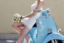 Ragazza in scooter e donne in sella (girls on bikes)