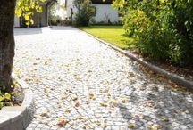 Smågatestein Granitt / Gatestein har hatt en selvskreven plass i våre utemiljøer i århundrer og blir aldri umoderne. Gatestein fungerer like bra på offentlige plasser som i hagen. S:t Eriks tilbyr et stort sortiment av svensk, portugisisk och asiatisk gatestein i en stor variasjon av farger.