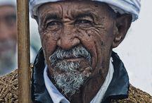 Etiopski Żyd z pięknym haftowanym płaszczu.
