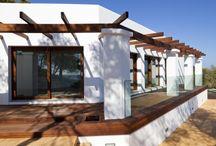 Can Marinet (Ibiza) / Esta casa particular, llamada Can Marinet, es otra de nuestras obras situadas en Ibiza. Tiene un porche magnifico y también tenemos que destacar su cocina.