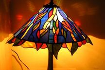 Tiffany ólomüveg asztali lámpa / Tiffany asztali ólomüveg lámpa  http://hu.sooscsilla.com/tiffany-technika-lampak/ http://hu.sooscsilla.com/portfolio/fem-es-uvegtalpu-tiffany-asztali-olomuveg-lampa/